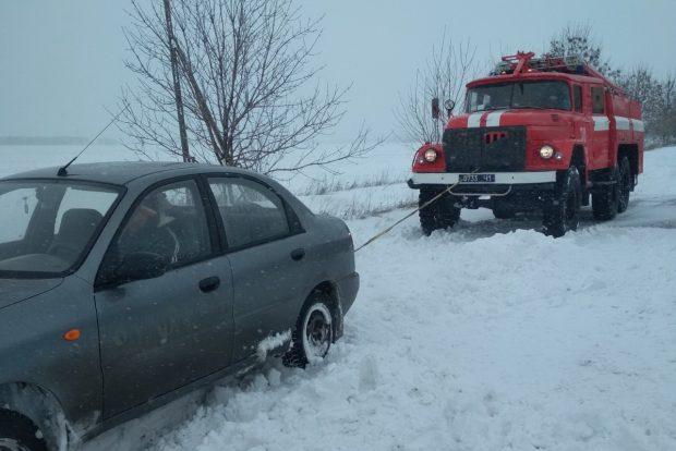 На Харьковщине спасатели из заносов вытащили три автомобиля