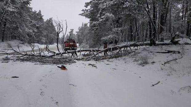 В Харьковской области спасатели за сутки три раза вытаскивали автомобили со снежных заносов