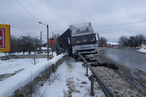 Под Харьковом грузовик въехал в отбойник: автомобиль вытаскивали спасатели