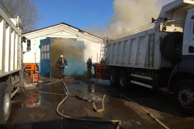 В Харькове горел автомобильный бокс коммунального предприятия