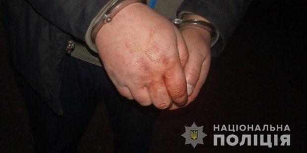 Под Харьковом мужчина ворвался в дом к женщине, едва не убил ее и ограбил