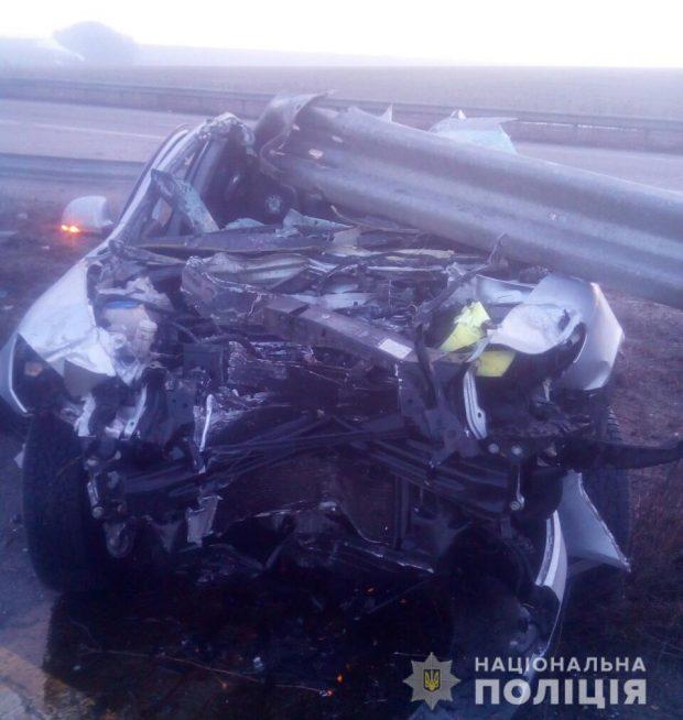 Под Харьковом водитель не справился с управлением и въехал в отбойник