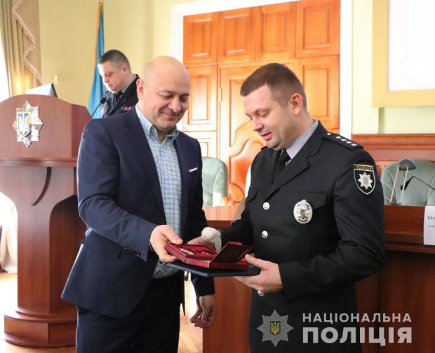 Харьковскому полицейскому, который спас жизнь заложницы вручили двухкомнатную квартиру