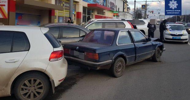 В Харькове пьяный водитель въехал в припаркованные автомобили
