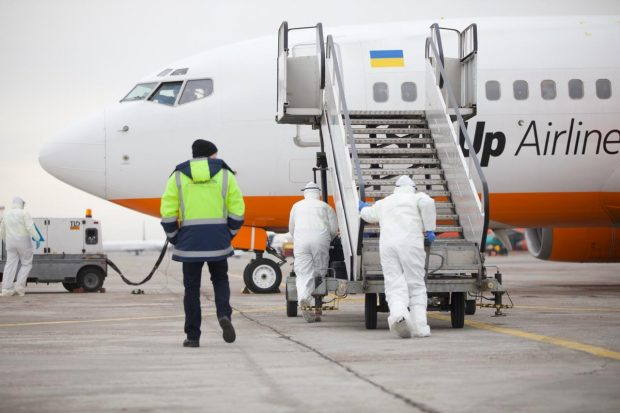 Зеленский призывает общество не паниковать из-за эвакуированных украинцев из Уханя