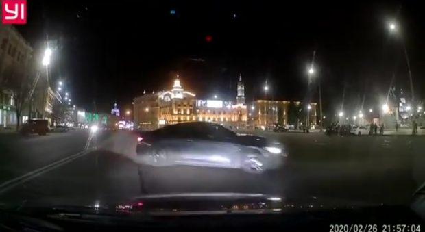 Кучер требует немедленной реакции полиции на ночной дрифт на площади Конституции