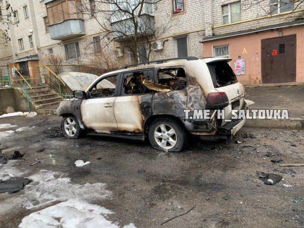 На Салтовке во дворе многоэтажки сгорел Toyota Land Cruiser 200