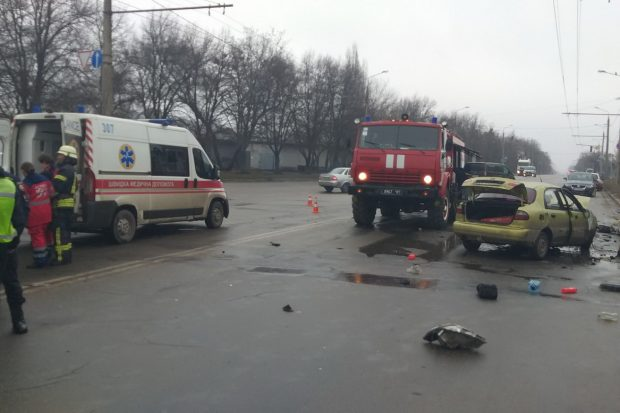 В Харькове столкнулись две легковушки: водителя и пассажира доставали спасатели