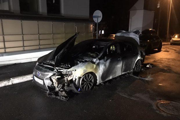 В Харькове во дворе дома сожгли Lexus