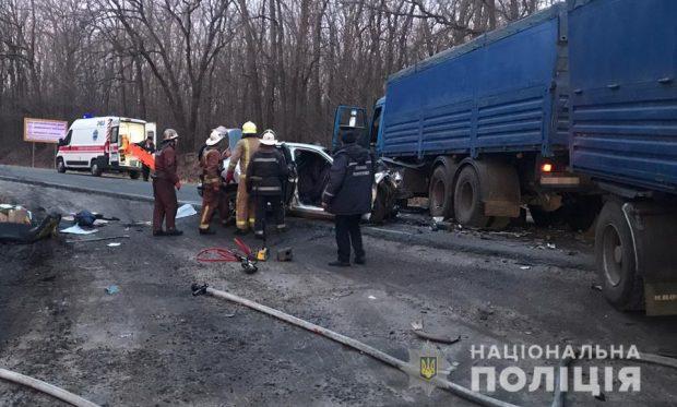 Под Харьковом столкнулись КАМАЗ и легковушка: погибли четыре человека