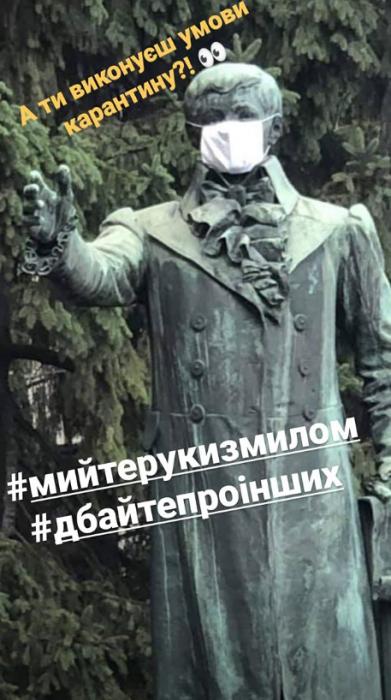 В Харькове на памятники Нобелевских лауреатов надели медицинские маски