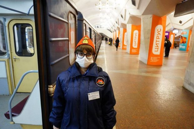 Работникам харьковской подземки роздали медицинские маски и антибактериальные салфетки