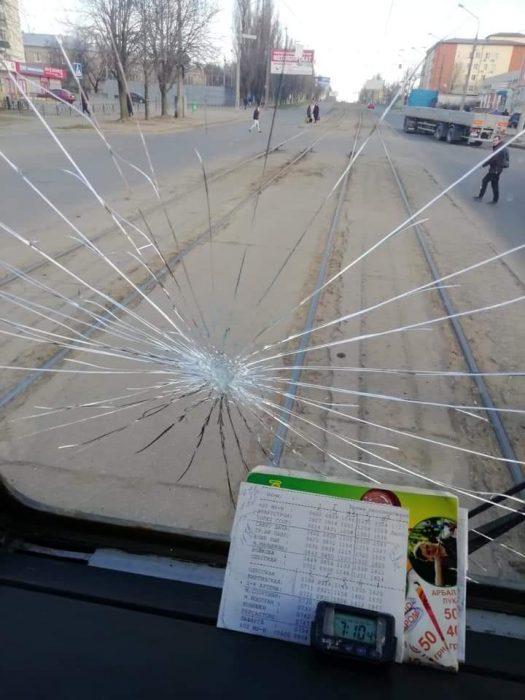 В Харькове разъяренные пассажиры разбили лобовое стекло трамвая
