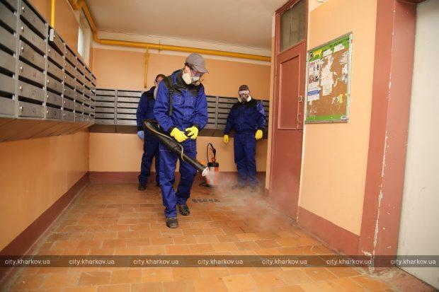 В Харькове дезинфицируют подъезды жилых домов