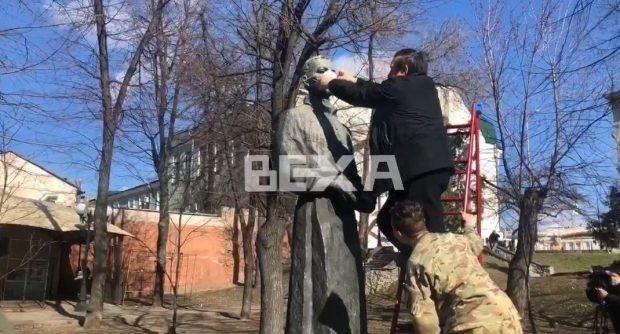 На памятник Григорию Сковороды надели медицинскую маску