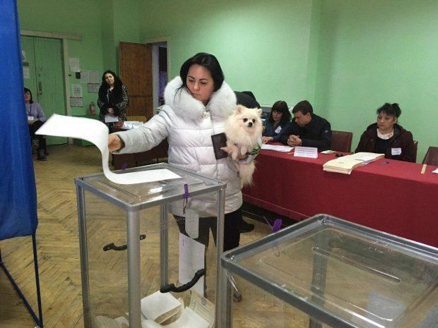 Выборы в Харьковской области: низкая явка и недовольство тем, что избирательные участки работают во время карантина