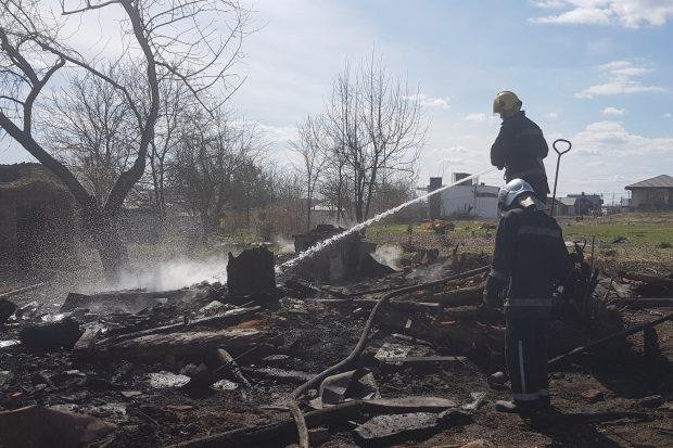 Под Харьковом из-за выжигания сухостоя случился пожар, который уничтожил хозяйственное здание