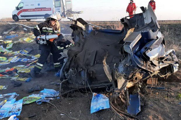 ДТП под Харьковом: спасатели вытаскивали водителя из кабины грузовика