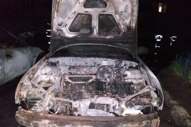 В Харькове во дворе дома сгорело два автомобиля