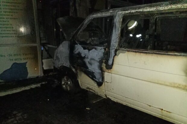 В Харькове загоревшийся микроавтобус въехав в фасад здания