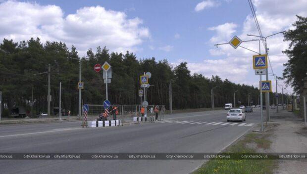 На улице Героев Труда, в районе гидропарка, устанавливают новый светофор
