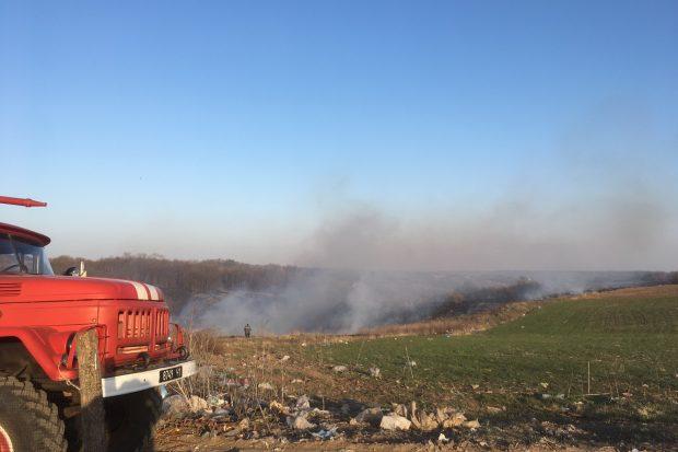 На Харьковщине из-за выжигания сухой травы чуть не сгорели жилые дома