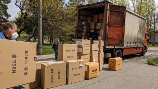 Харьковская область получила очередной медицинский груз: тысячи защитных костюмов и респираторов
