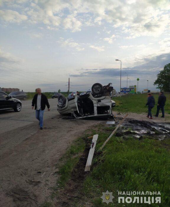 В Харькове в результате аварии перевернулся автомобиль