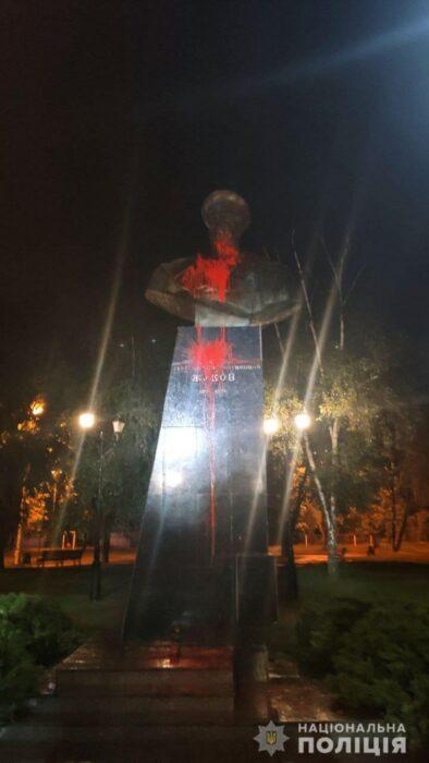 Бюст Жукову облили красной краской