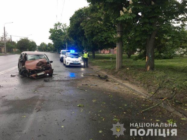 В Харькове водитель не справился с управлением и въехал в дерево