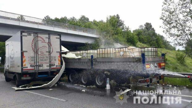 В Харьковской области в результате аварии на трассу вылилась соленная кислота