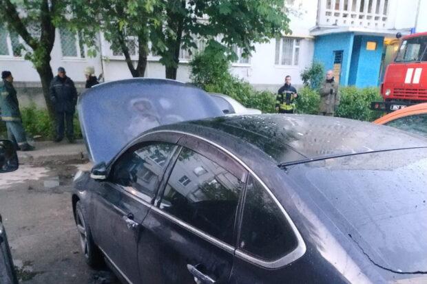 В Харькове во дворе многоэтажки горел автомобиль