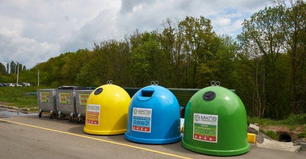 В Харькове устанавливают контейнеры для раздельного сбора мусора
