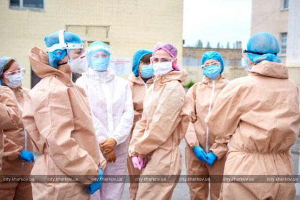 Харьковские врачи получили защитные маски, очки и комбинезоны