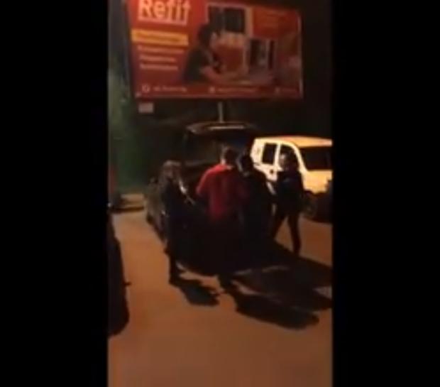 В Харькове побили журналиста, который снимал нарушения карантина (видео)