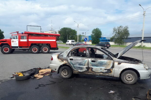 В Харькове загорелся автомобиль: водитель получил ожоги