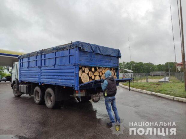 Под Харьковом полицейские остановили КАМАЗ, который перевозил незаконно срубленные дубы
