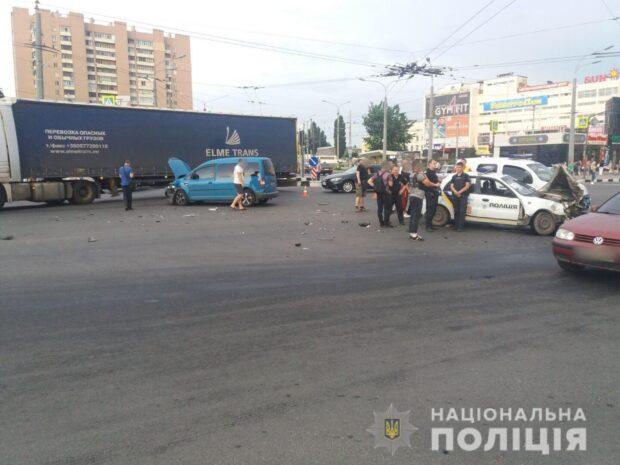 В Харькове произошло ДТП при участии автомобиля полиции: пострадала трехлетняя девочка