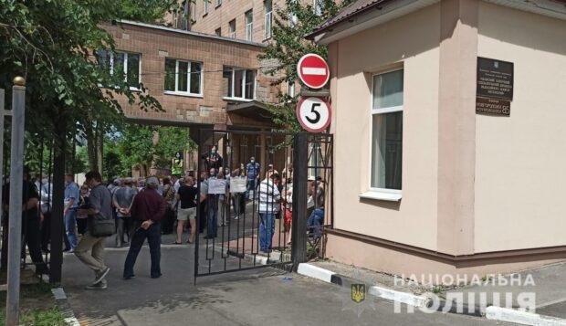 Столкновения у диспансера в Харькове: полиция задержала 68-летнего мужчину