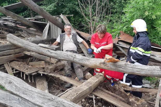 Под Харьковом двоих мужчин привалило обломками заброшенного дома