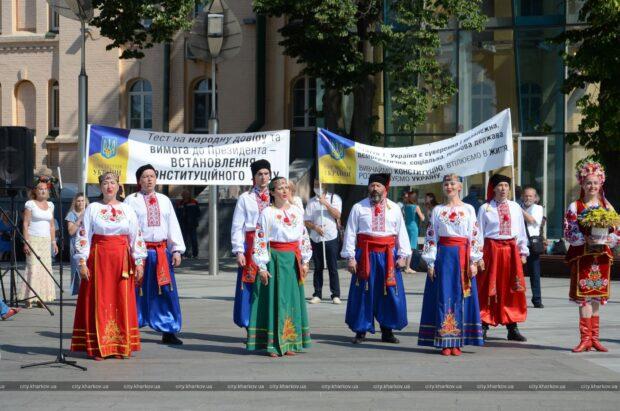 Праздничное мероприятие по случаю Дня Конституции Украины прошло 28 июня возле памятника Независимости Украины на пл. Конституции.