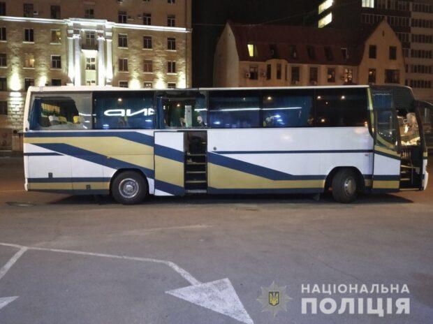 В Харькове камнями забросали автобус со сторонниками Шария