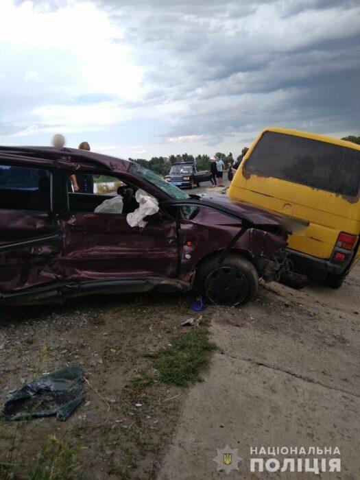 Под Харьковом мужчина врезался в припаркованные у дороги автомобили: есть пострадавшие