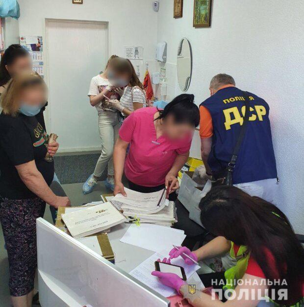 В Харькове обыскивают аптеки и больницу
