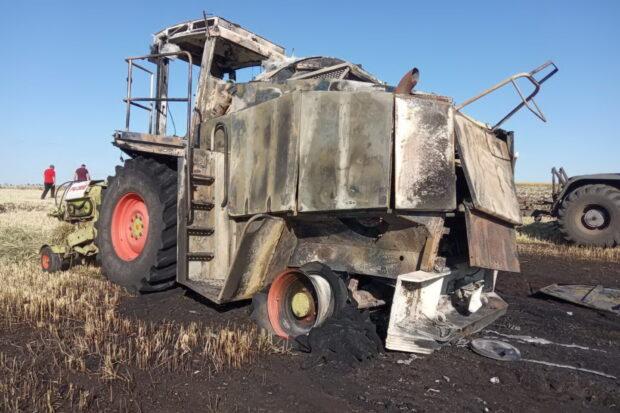 Под Харьковом на поле загорелся комбайн