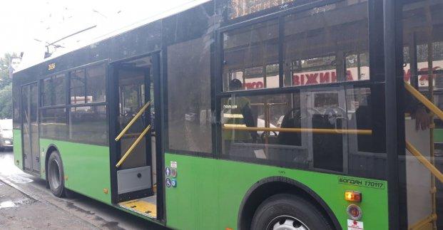На Салтовке неизвестный выстрелил по троллейбусу