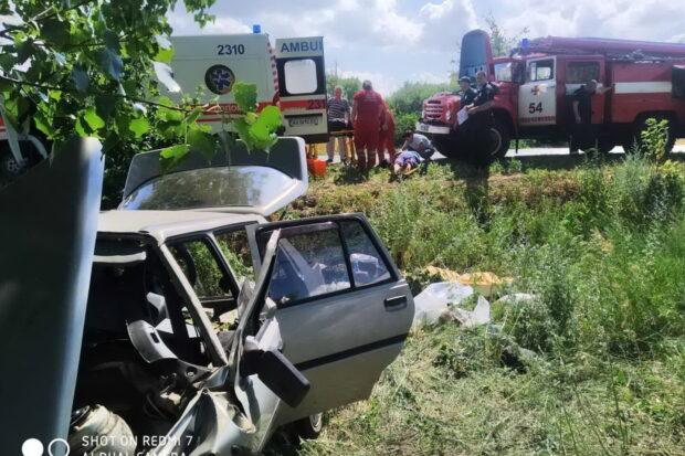 Под Харьковом спасатели деблокировали из автомобиля пострадавших в аварии