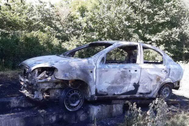 Под Харьковом сгорел автомобиль: владелец авто получил ожоги лица и рук