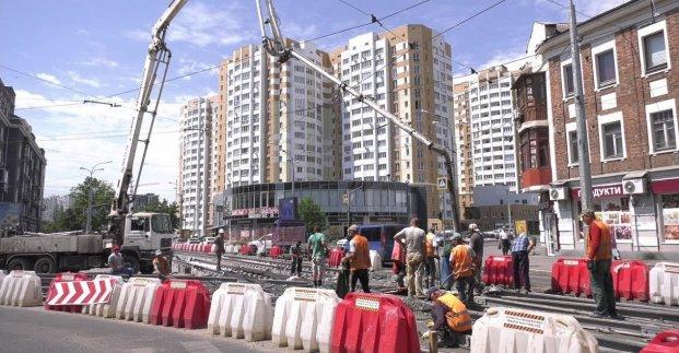 На улице Плехановской меняют трамвайное полотно