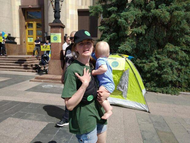 """Жена лидера организации """"Poton"""" переехала жить в палатку у Харьковской ОГА"""